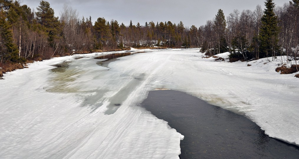 Tjulån river snabbt neråt byn
