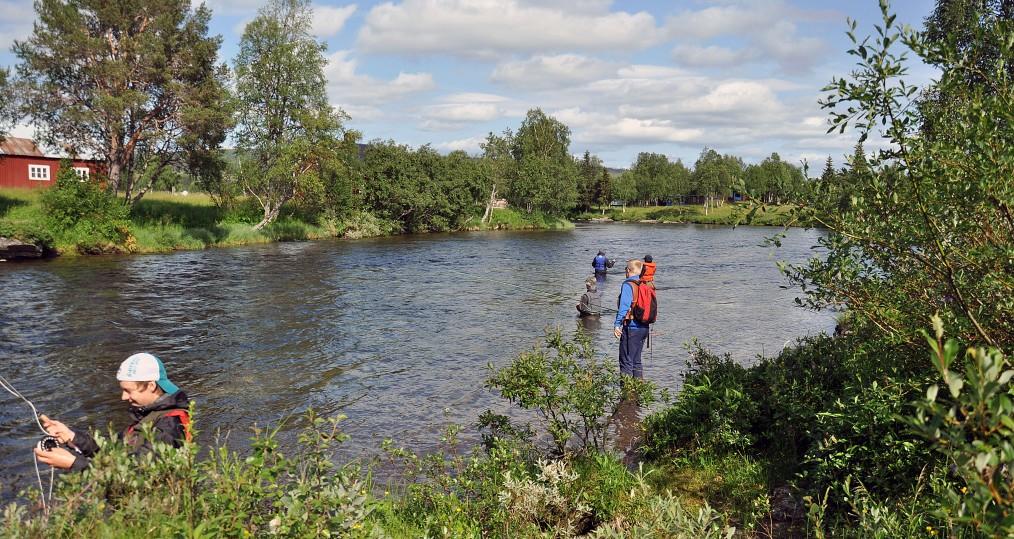 Fiske vid Tjulån med flugfiskeskolan