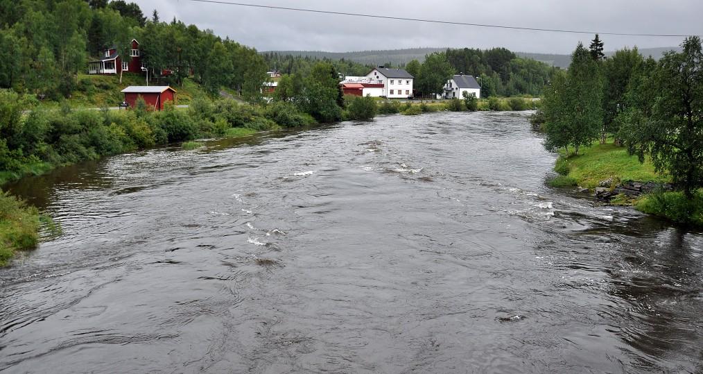 Nedan Tjulåbron där vattnet forsar fram