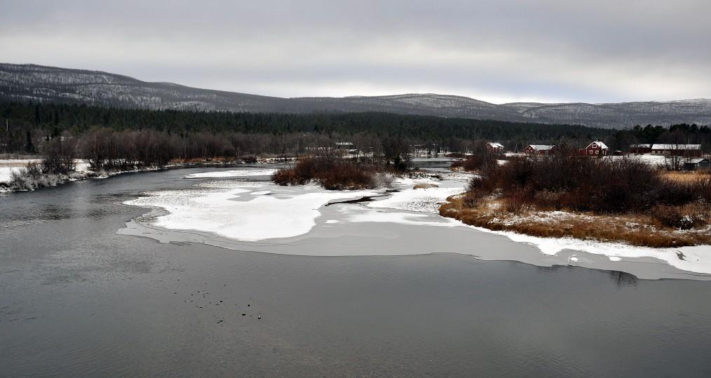 Ovan Tjulåbron där vintern börjar närma sig