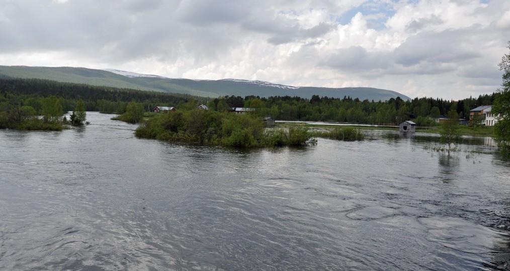 Ovan Tjulåbron där vattenståndet har börjat att falla