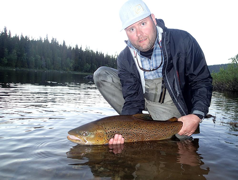 Johan Fröistedt med sin granna öring på hela 82 cm tagen vid Sjöforsen