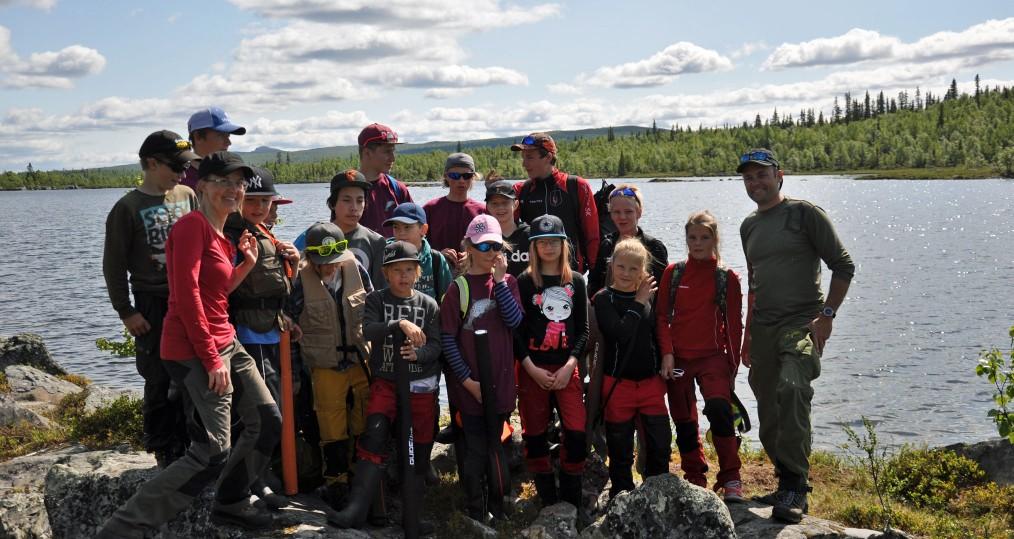 Hela gänget i årets flugfiskeskola för ungdomar