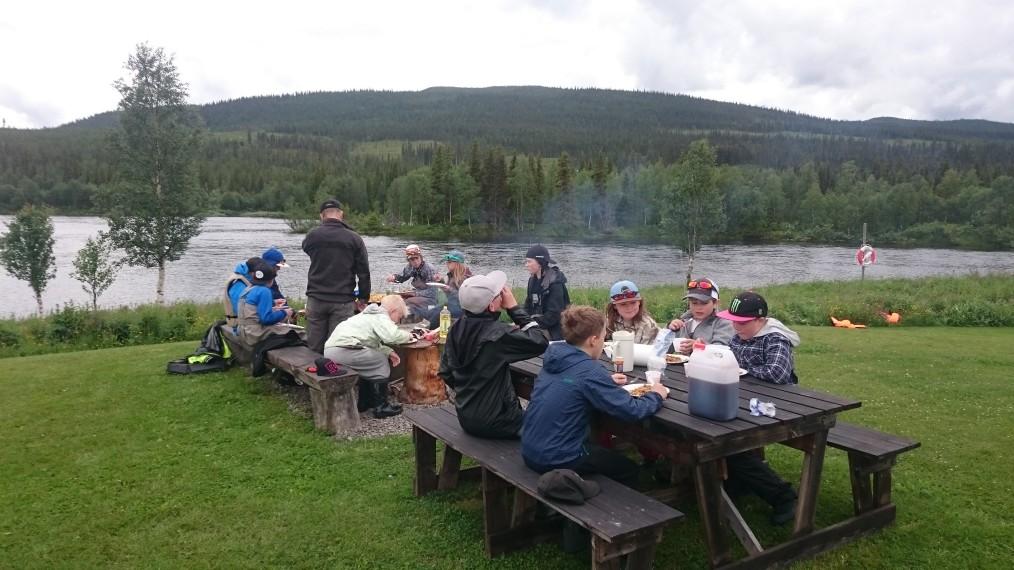 Lunchen serveras vid Emils Fiskecamp